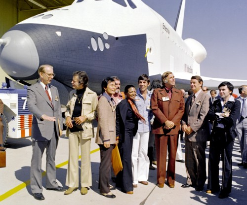 Die Crew der Enterprise am spaceshuttle Enterprise